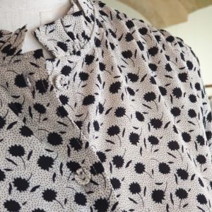 BLUSA FLORES NG BEIGE-MOLLY